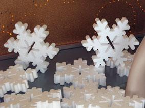 снежинки из пенопласта